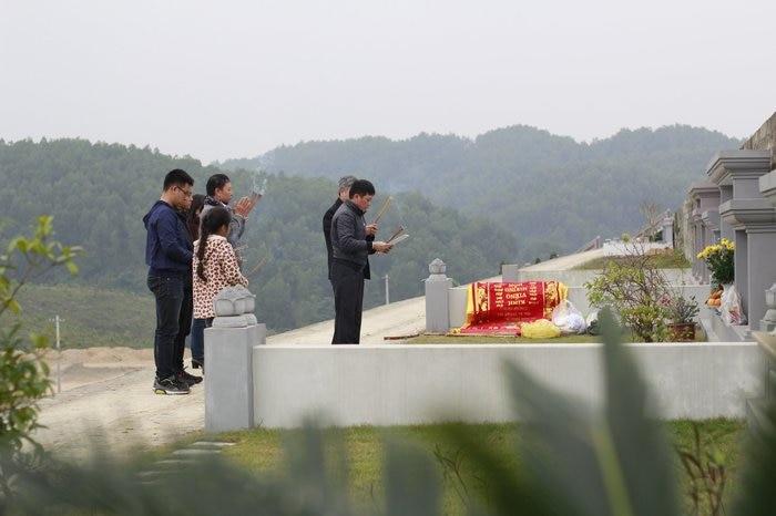 Người Việt cổ tin rằng, nếu chăm chút đến mộ phần tổ tiên, thì sẽ được tổ tiên phù hộ độ trì cho công việc hanh thông, sức khỏe dồi dào.
