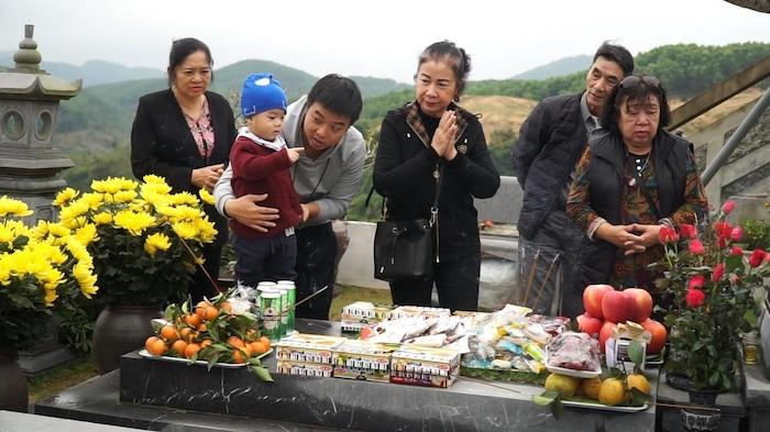 Nhiều gia đình đưa con nhỏ đến mộ vái vọng, cầu bình an, sức khoẻ… Đó cũng là cách để con cháu biết về tổ tiên, những thế hệ cha ông đã khuất.