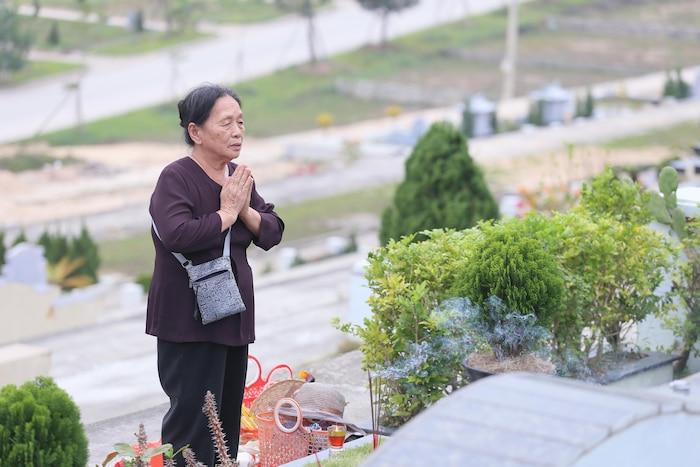Bà Tuyết (79 tuổi, ở quận Long Biên) Hà Nội cùng các anh chị em trong gia đình đến mộ viếng mẹ đã khuất. Bà Tuyết cho biết, tảo mộ cũng là thời điểm để con cháu tỏ lòng thành kính và nhớ về nguồn cội tổ tiên. Những hoạt động như vậy cũng giúp mọi người trong gia đình truyền lại văn hóa cho con trẻ về đạo hiếu và nguồn cội dòng tộc.