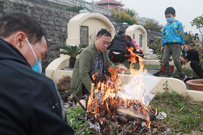 COVID-19 bùng phát trở lại: Người thân mang đào, quất đi tảo mộ, mời gia tiên về ăn Tết sớm - 13