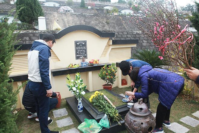 COVID-19 bùng phát trở lại: Người thân mang đào, quất đi tảo mộ, mời gia tiên về ăn Tết sớm - 6
