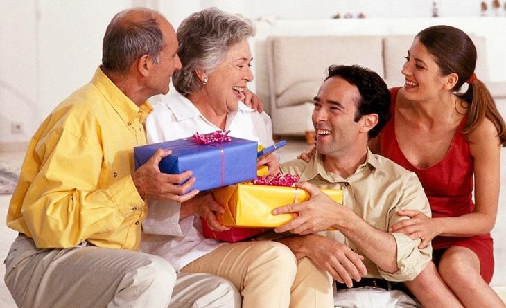 Tặng quà cho cha mẹ