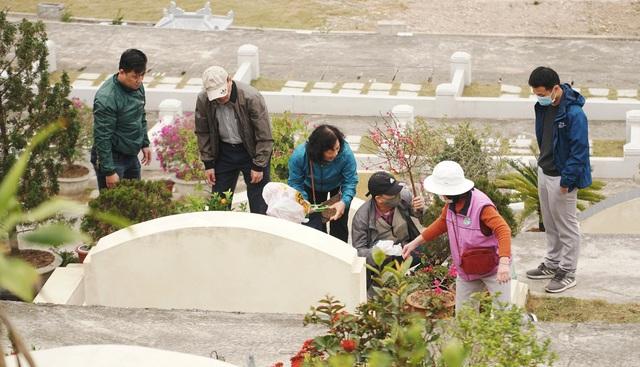 Nhiều gia đình đi tảo mộ dịp cận Tết Nguyên đán - 4