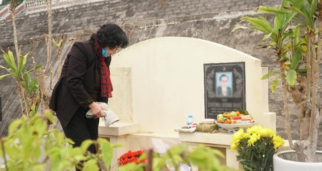 Nhiều gia đình đi tảo mộ dịp cận Tết Nguyên đán - 7