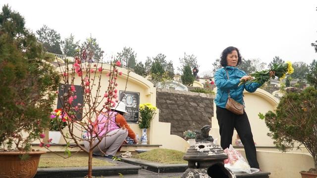 Nhiều gia đình đi tảo mộ dịp cận Tết Nguyên đán - 9