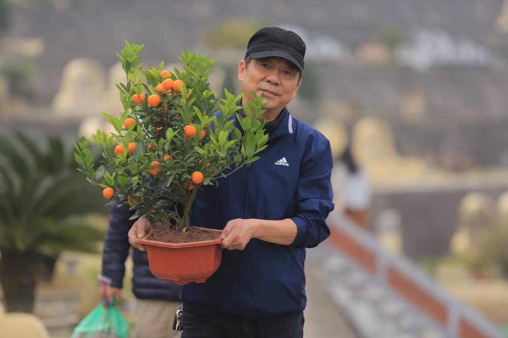 Sợ 'tắc đường' vì dịch COVID-19, người Hà Nội mang đào quất lên Hòa Bình tảo mộ, mời gia tiên về ăn Tết Ảnh 2