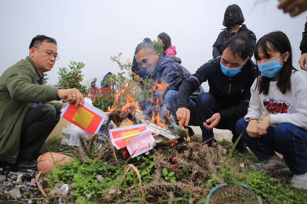 Sợ 'tắc đường' vì dịch COVID-19, người Hà Nội mang đào quất lên Hòa Bình tảo mộ, mời gia tiên về ăn Tết Ảnh 15