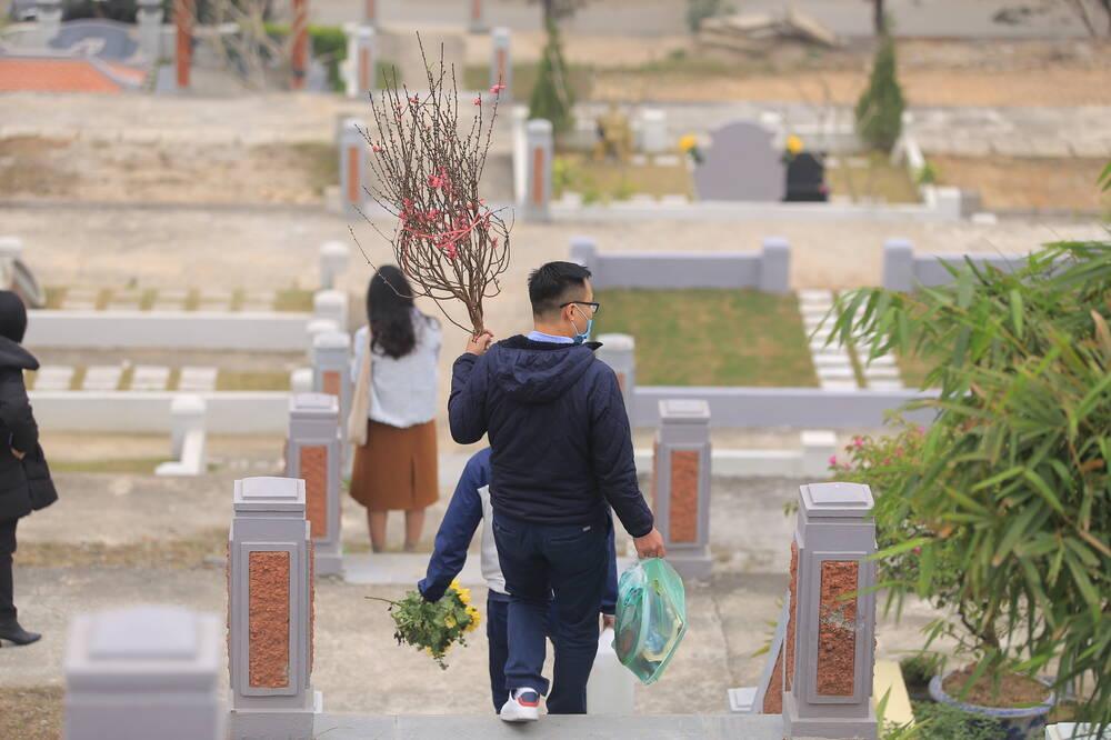 Sợ 'tắc đường' vì dịch COVID-19, người Hà Nội mang đào quất lên Hòa Bình tảo mộ, mời gia tiên về ăn Tết Ảnh 3