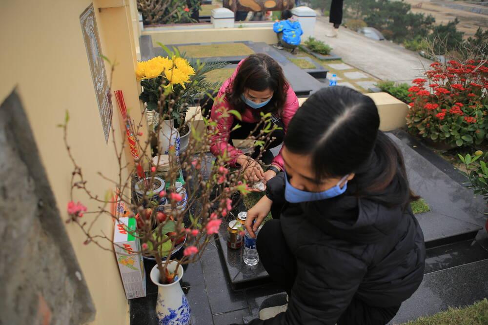 Sợ 'tắc đường' vì dịch COVID-19, người Hà Nội mang đào quất lên Hòa Bình tảo mộ, mời gia tiên về ăn Tết Ảnh 5