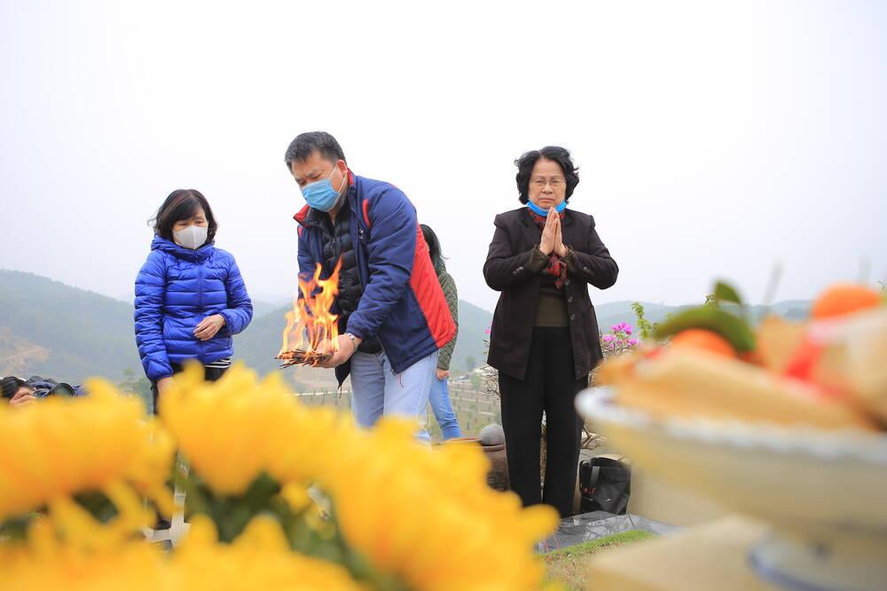 Sợ 'tắc đường' vì dịch COVID-19, người Hà Nội mang đào quất lên Hòa Bình tảo mộ, mời gia tiên về ăn Tết Ảnh 6